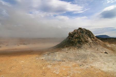 fumarole: Fumarola de vapor en Hverir - Namafjall, entre el lago y el ?rea de Krafla Myvatn, en el norte de Islandia Foto de archivo