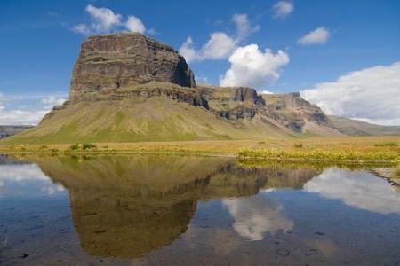 南アイスランドの海岸の険しい岬マウント Lomagnupur 写真素材