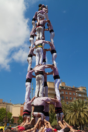 piramide humana: BARCELONA, ESPA�A - 04 de mayo Minyons de Terrassa formando una pir�mide humana durante la Fiesta Mayor de la Sagrada Familia el 4 de mayo de 2014 en Barcelona, ??Espa�a