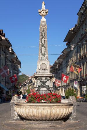 Bern, Zwitserland - 17 augustus 2013: Kreuzgassbrunnen, obelisk fontein gebouwd 1778 79 door Christian Reist en Johann Conrad Wijzer in Bern, Zwitserland?.