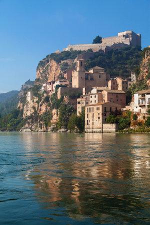 ebro: Castello Miravet e il fiume Ebro in Catalogna.