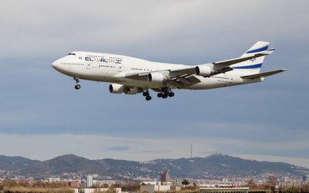 boeing 747: Barcellona, ??Spagna - 29 marzo 2015: Un El Al Israel Airlines Boeing 747 si avvicina al El Prat a Barcellona, ??Spagna.