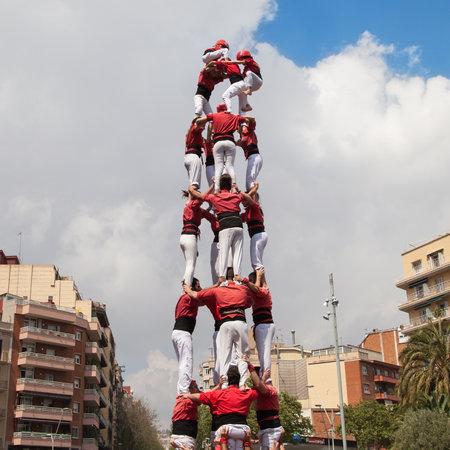 piramide humana: Barcelona, ??Espa�a 19 de abril 2015: Equipo de Nens del Vendrell formando una pir�mide humana durante la Fiesta Mayor de la Sagrada Familia el 19 de abril de 2015, de Barcelona, ??Espa�a. Editorial