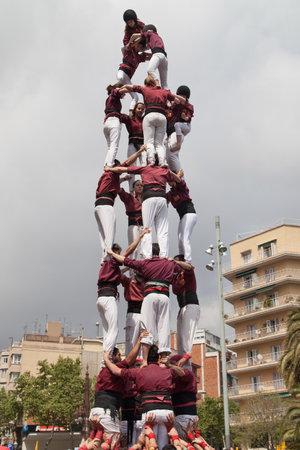 human pyramid: Barcelona, ??España 19 de abril 2015: Xics de Granollers formando una pirámide humana durante la Fiesta Mayor de la Sagrada Familia el 19 de abril de 2015, de Barcelona, ??España. Editorial