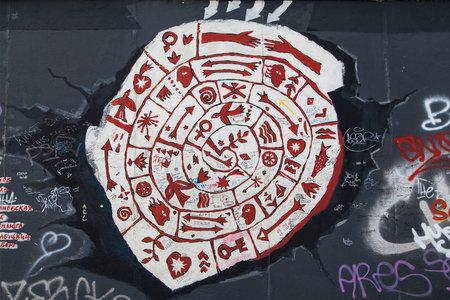 in liebe: BERLIN, GERMANY - AUGUST 8: Graffiti Die wand muss weichen, wenn der Meteorit der Liebe Kommt by Irina Dubrowskaja on the East Side Gallery on August 8, 2015  in Berlin, Germany. Editorial