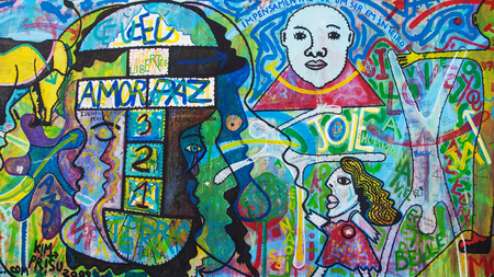mauer: BERLIN, GERMANY - AUGUST 8: Mural O Povo Unido Nunca Mais Sera Veicido by Kim Prisu on the East Side Gallery, on August 8, 2015 in Berlin, Germany.