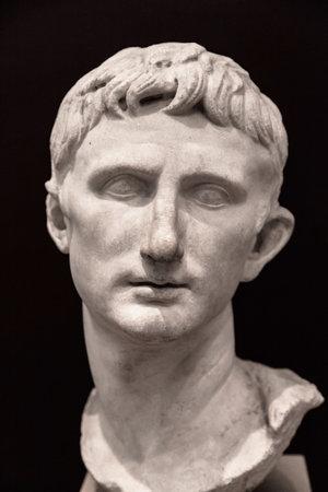 Estambul, Turquía - 24 de agosto de 2014: Busto del emperador romano Augusto en el Museo Arqueológico de Estambul, Turquía. Se encuentra en Pérgamo (Bergama, Turquía), fue esculpida durante su reinado. Editorial