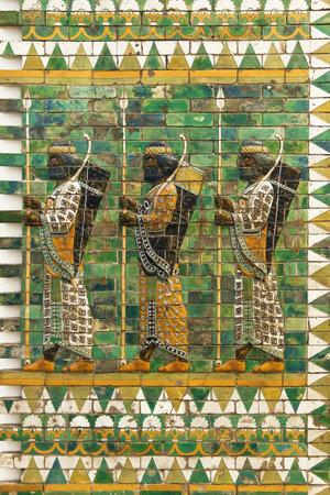 friso: Berl�n, Alemania - 6 de agosto de, 2015: Friso de los arqueros del palacio de Dar�o I en Susa. De fecha alrededor de 510 aC, se guarda en el Museo Pergamon de Berl�n, Alemania. Editorial