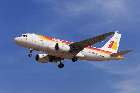 Barcelona, Spanje - 19 augustus 2016: Iberia Airbus A319-100 naderen van de luchthaven El Prat in Barcelona, Spanje.