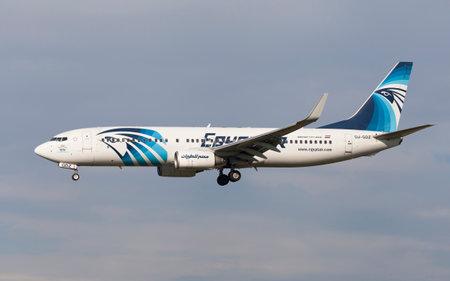 Barcelona, Spain - 8 januari 2017: Egyptair Boeing 737-800 het naderen van de luchthaven El Prat in Barcelona, Spanje.