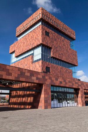 Antwerpen, België - 10 oktober 2016: De bouw van het Museum aan de Stroom in Antwerpen, België. Gebouwd in 2006-2010, werd het ontworpen door Neutelings Riedijk Architecten.