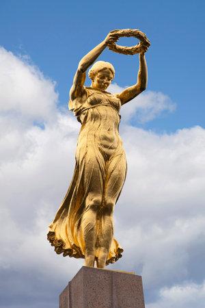 Luxemburgse stad, Luxemburg - 14 oktober 2016: De gouden dame, beeldhouwkunst van het monument van herinnering in de stad Luxemburg. Redactioneel