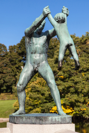 Oslo, Noorwegen - 16 september 2017: 'Man Swinging Boy' op Vigeland Park in Oslo, Noorwegen, gebeeldhouwd in brons door Gustav Vigeland in 1930.