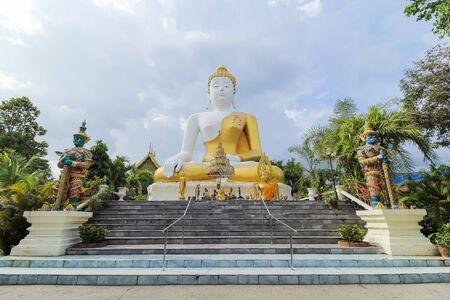 the merciful: Phra That Doi kam Temple
