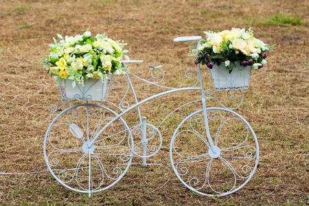 decorated bike: biciclette con mazzi di fiori Archivio Fotografico