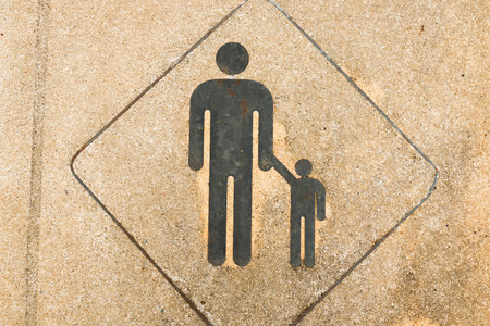 union familiar: Muestra peatonal en el pavimento. Zona peatonal. Conceptos de seguridad y responsabilidad