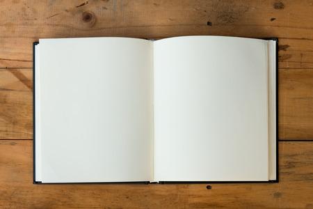 libro abierto: libro abierto con páginas en blanco sobre la mesa de madera