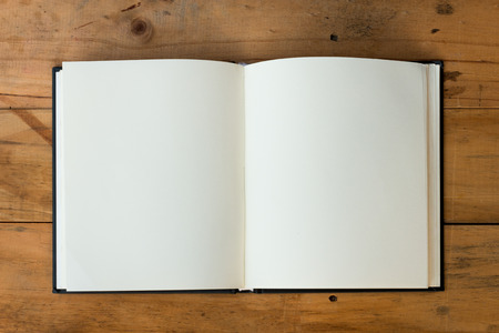 offenes Buch mit leeren Seiten auf Holz Tisch