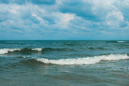 olas de mar: Las olas del mar y el cielo azul Foto de archivo