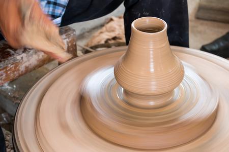 alfarero: Manos Potter decisiones en arcilla en la rueda de la cer�mica. Potter hace una cer�mica en la olla de cer�mica rueda de arcilla.