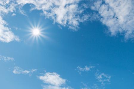 sonne: Blauer Himmel mit Wolken und Sonne Lizenzfreie Bilder