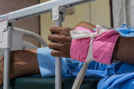 gekke patiënt bedwingen op bed in het ziekenhuis