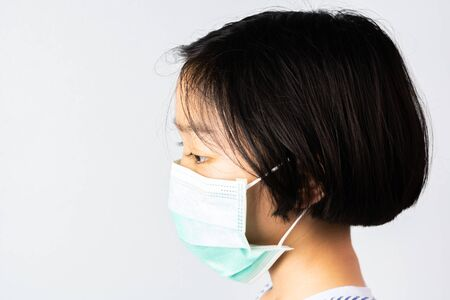 Little  girl wearing mask for protect Coronavirus and Air pollution pm2.5  protect  corona virus outbreak Standard-Bild