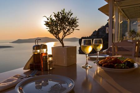 Romantisch diner voor twee op het eiland Santorini, Griekenland. Uitzicht op de zee en de vulkaan Stockfoto