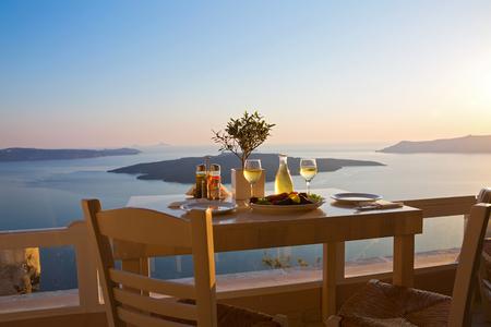 Un dîner romantique pour deux à sunset.Greece, Santorin, restaurant sur la plage, au-dessus du volcan