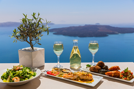 Mittagessen und Wein am Meer, Griechenland, Santorini Standard-Bild
