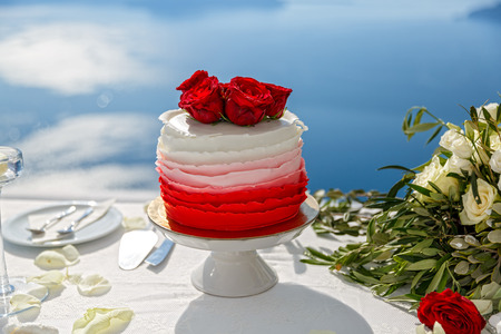 Wedding cake and flowers on the sea background Stock Photo - 115812851