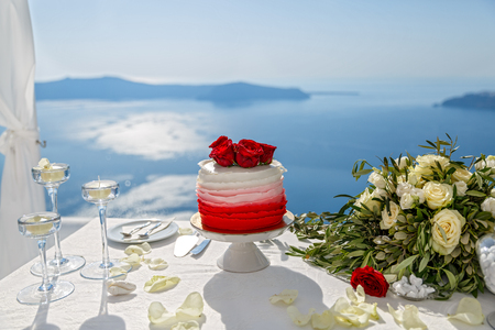 Wedding cake and flowers on the sea background Stock Photo - 115812928