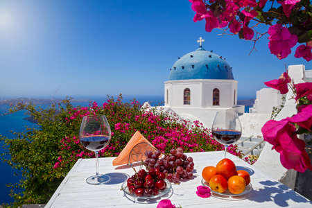 Two glasses of red wine and fruit on the background of the sea in Greece 版權商用圖片