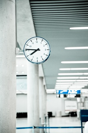 Public Clock In Frankfurt Airport With Copyspace  Banque d'images