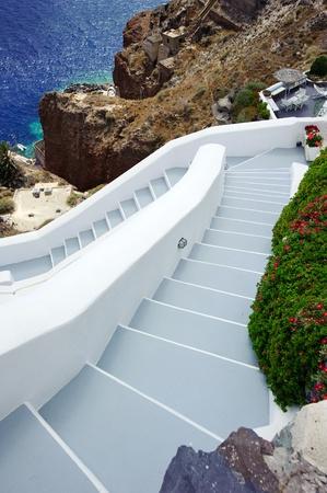 greek pot: Passaggi che conducono a una splendida vista mare, isola di Santorini, Grecia