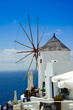 molino: Maravillosa vista de edificios de la ciudad y la bahía de Santorini, Grecia