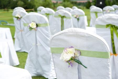 야외 결혼식에 장식 된 의자의 행 스톡 사진