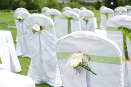 bodas de plata: Hilera de sillas decoradas en una boda al aire libre