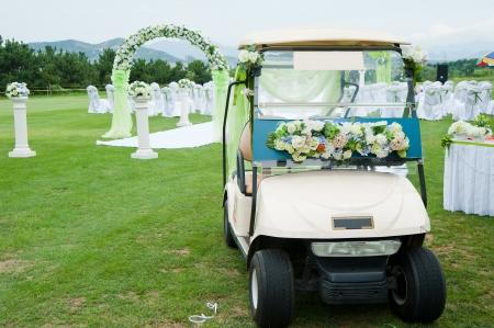 결혼식을위한 장식 된 골프 카트 스톡 사진