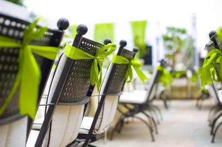 Rangée de chaises décorées sur un mariage en plein air Banque d'images - 15521219