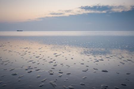 Chinas yellow sea beach with sunrise scenery 版權商用圖片