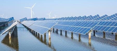 Photovoltaikanlagen auf der Wasseroberfläche Standard-Bild