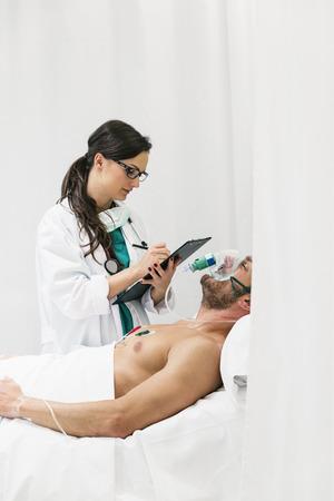 pinzas: El doctor está cuidando a una persona enferma en el hospital