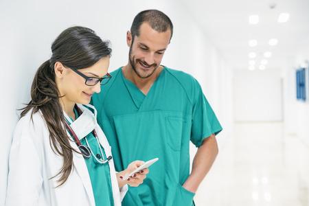 Doctor, enfermera, usar, móvil, hospital Foto de archivo