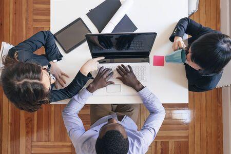 jovenes emprendedores: Jóvenes empresarios que trabajan en la oficina. Foto de archivo