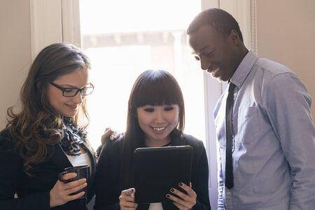 jovenes emprendedores: Young Entrepreneurs Working at the Office. Foto de archivo