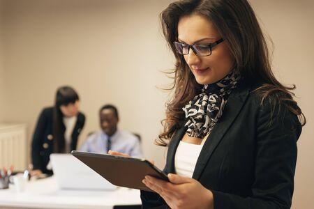 jovenes empresarios: Jóvenes empresarios que trabajan en la oficina. Foto de archivo