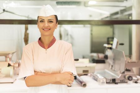 carnicería: Mujer Carnicería bonita que trabaja en la tienda de carnicería.