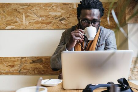 Homem de negócios usando seu laptop na cafeteria. Conceito de negócios. Foto de archivo
