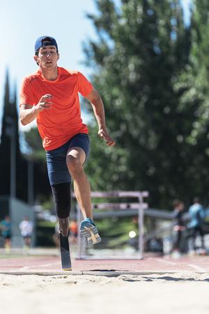 脚義足とジャンプ無効に男選手。パラリン ピック スポーツ コンセプト。 写真素材 - 83584962